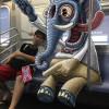 """地铁里的""""小魔兽""""涂鸦"""