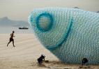 废弃的塑料瓶制成的发光巨型鱼