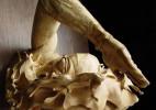令人惊叹的游泳者木雕