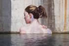 Sean Yoro在废弃建筑外墙手绘美女出浴图