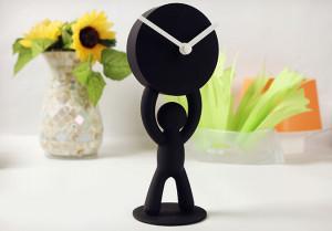 手举时钟的创意挂钟