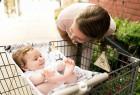 挂在购物车上的婴儿吊床