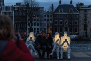 反映现实的灯光节雕塑