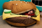 有趣的汉堡床和孩子们的最爱—麦当劳薯条床创意设计