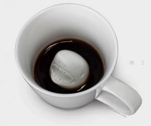 有趣的创意杯子设计作品 杯底有大白鲨