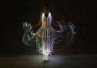 黑暗中跳跃的光彩 由光纤制成的小洋装创意设计