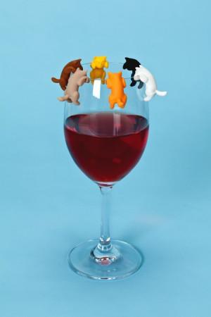 想喝红酒的好奇猫咪