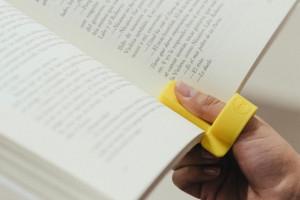 单手看书也不累