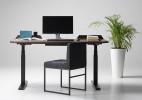 兼具颜值和功能的升降办公桌
