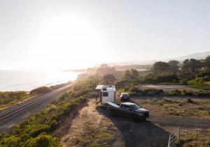 太阳能房车 超强续航还能为电动车充电
