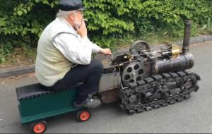 老工程师造玩具蒸汽火车,可边跑边加煤