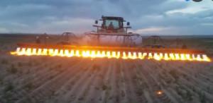 霸气的烧草车,一排火将杂草连根烧光