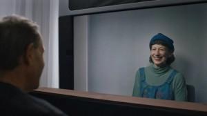 谷歌这块玻璃屏可进行全息投影对话 超级逼真