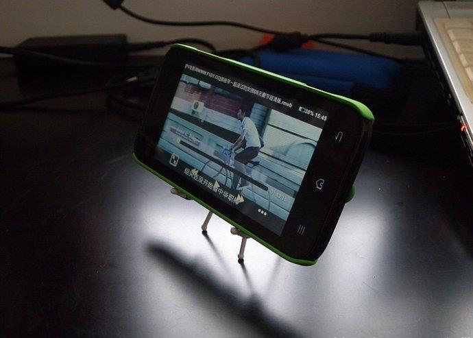 用窗帘的挂钩制作实用的手机架 手机看电影好帮手