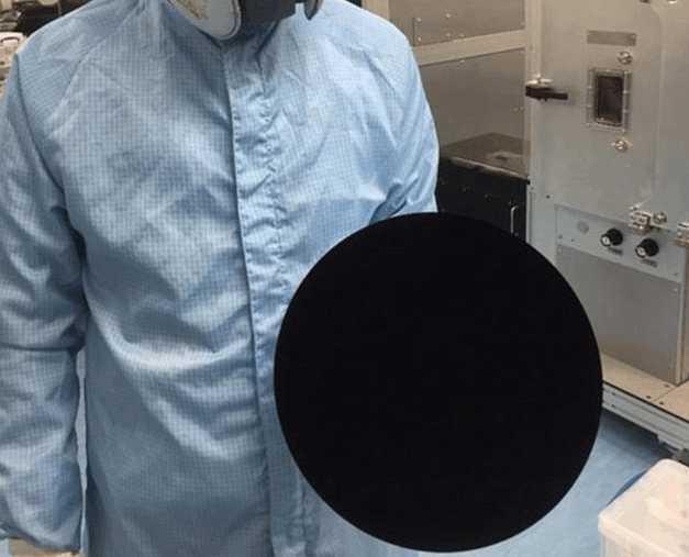 """科学家研发出""""极致的黑""""能够吸收任何光线,眼睛直视很难受"""