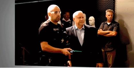 美警察测试套索枪,可像蜘蛛侠一样精准地将目标牢牢锁死