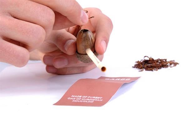坚果和秸秆制作的创意天然烟斗
