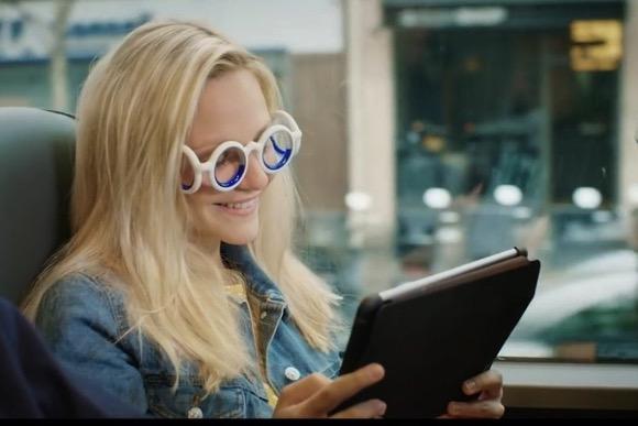 戴着这副眼镜就不会晕车啦