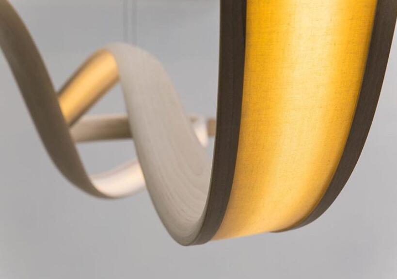 弯曲柔美的木制吊灯