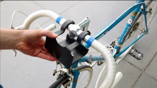 固定在自行车把上的烧烤架