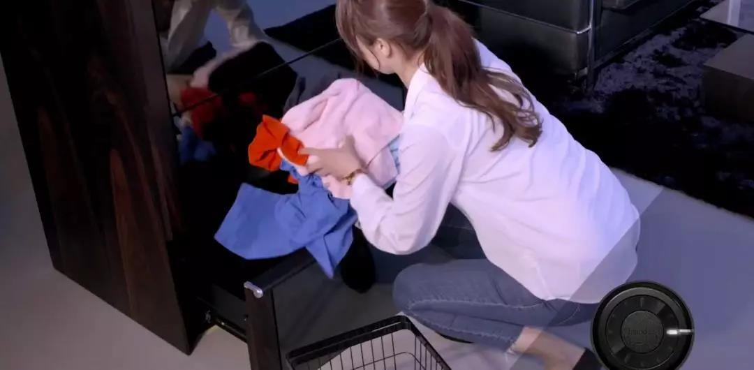 将衣物放进去,这个智能衣柜就能自动叠好并摆放整齐