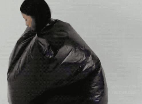 """这两个塑料袋就是一个便携的临时""""厕所"""""""