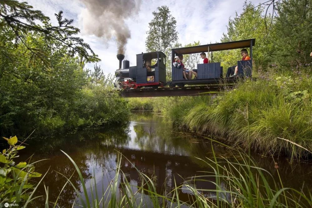硬核大叔花费十多年在田园间自制蒸汽火车头和铁路