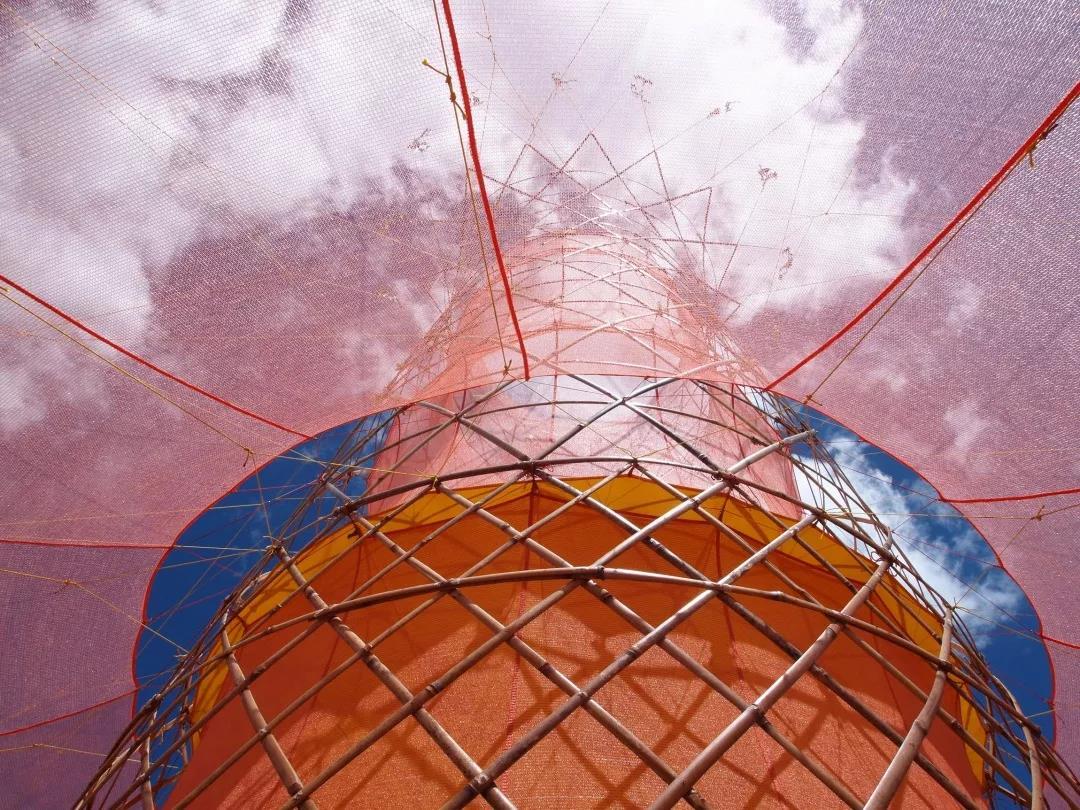 这个塔子可以从空气中收集水分 转化成干净生活用水